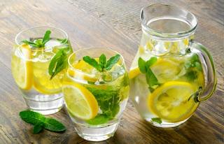 Можно добавить в стакан лимонный сок